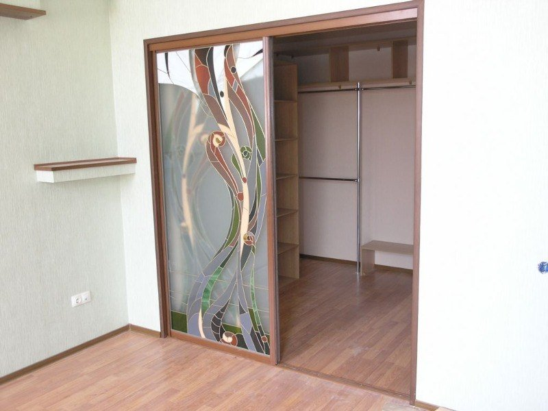 Большая гардеробная комната с дверьми купе