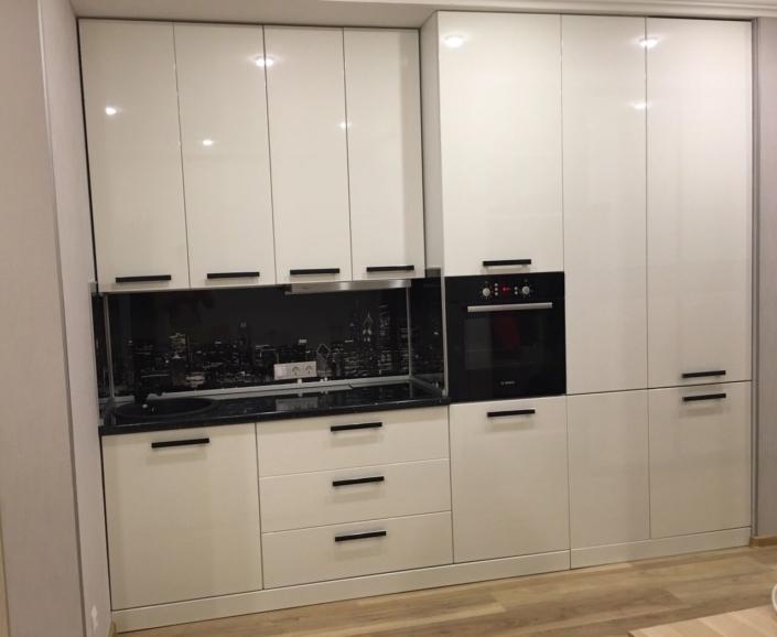 Встроенная белая кухня