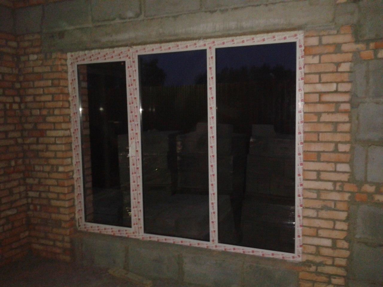 Трехстворчатое окно с одной поворотно откидной створкой