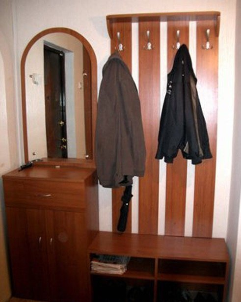 Прихожая с полками для обуви, вешалками и зеркалом