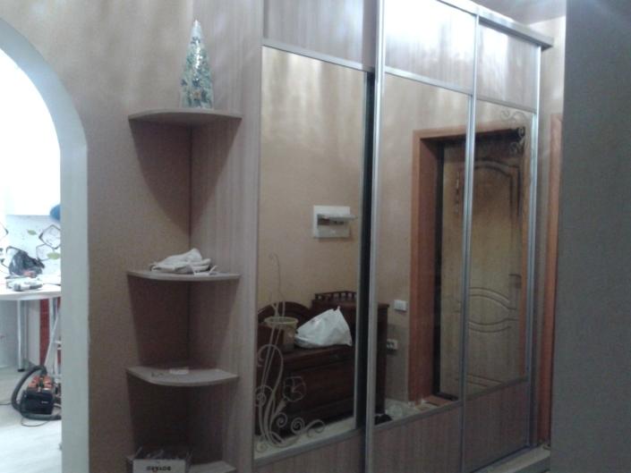 Шкаф купе с зеркалами и полками