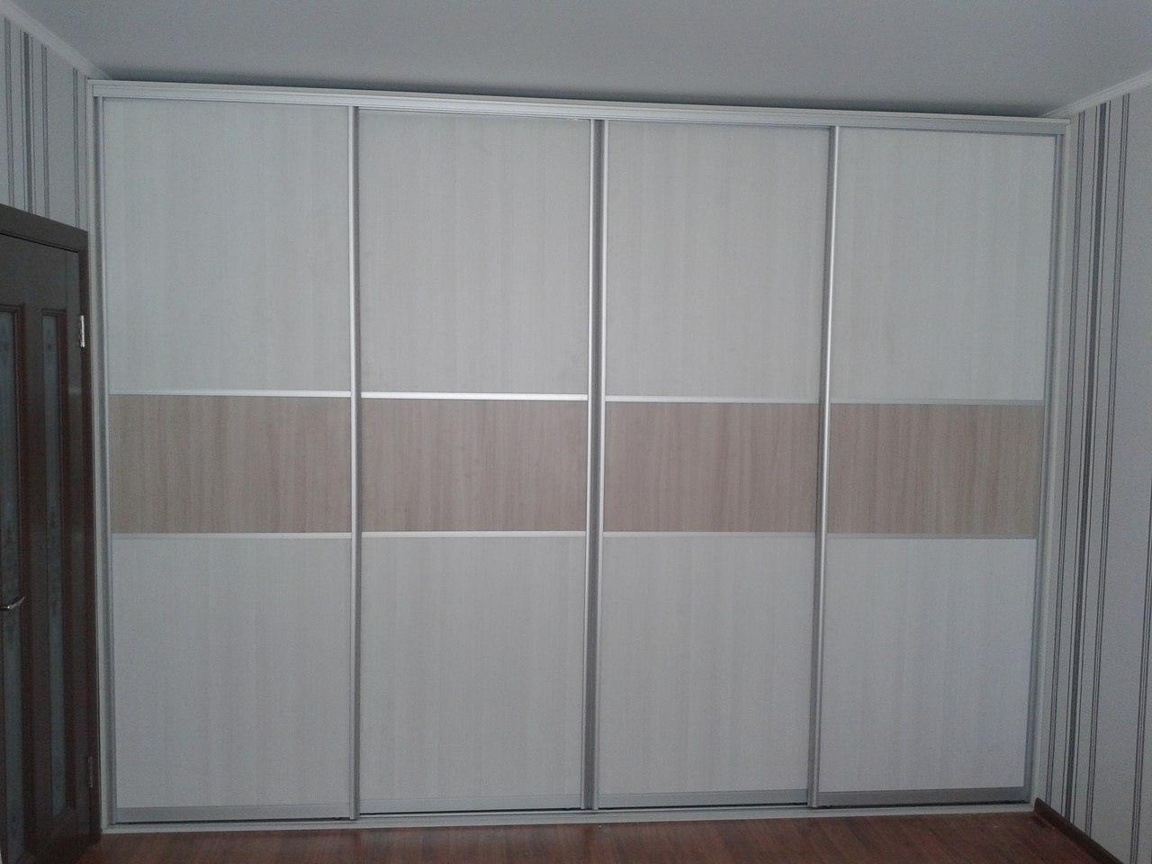 Встроенный шкаф-купе с четырьмя отсеками
