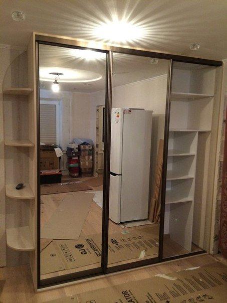 Шкаф-купе с зеркальными дверцами и полками