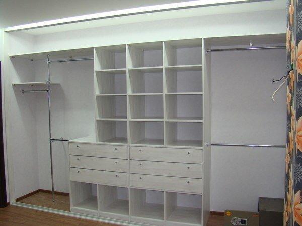Большой гардеробный шкаф со шторной дверью