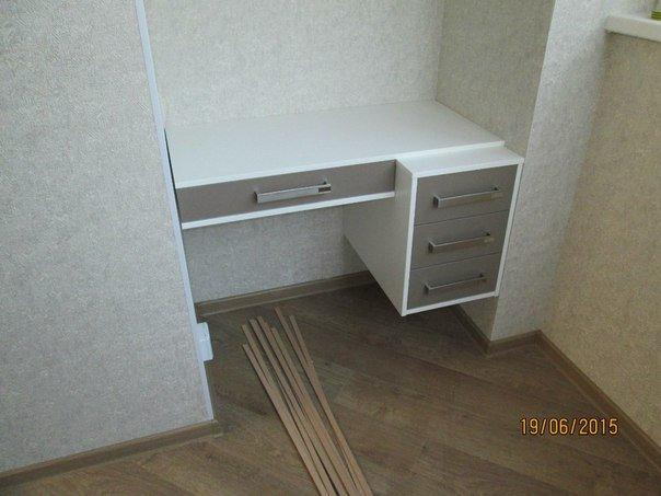 Навесной стол с тумбой и ящиками