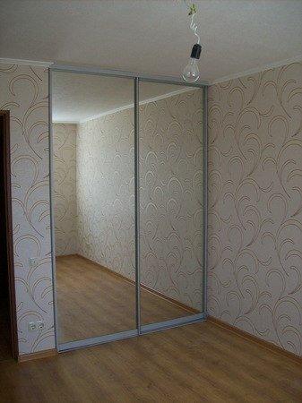 Встроенный шкаф-купе с зеркальными дверями