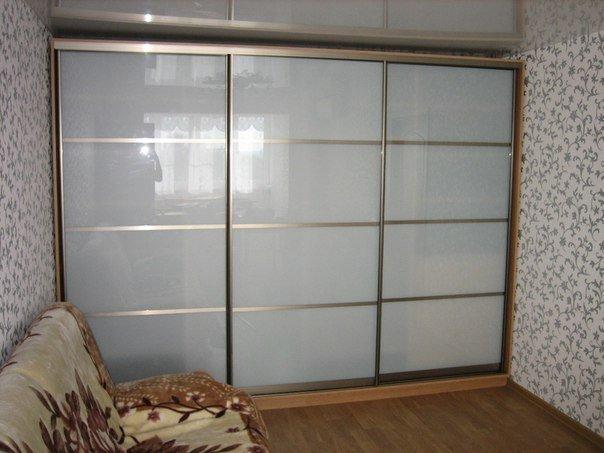 Встроенный шкаф-купе с пластиковыми дверями