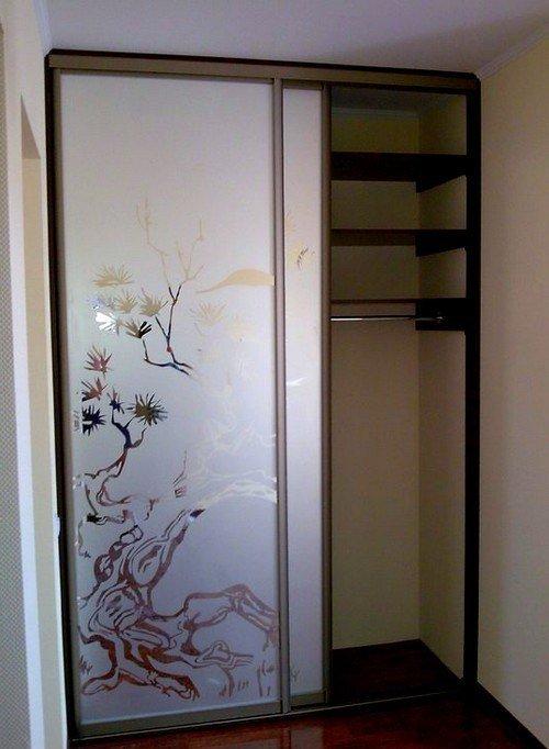 Встроенный шкаф-купе с рисунками на дверях